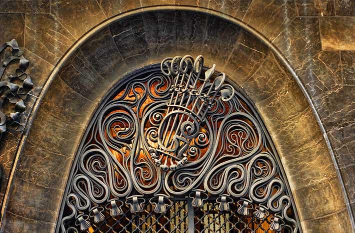 Дворец Гуэля ворота