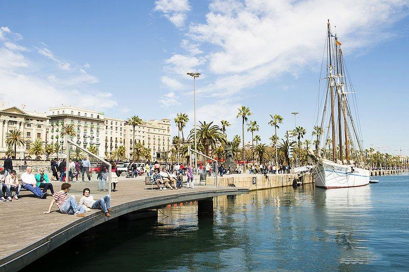 """Старый порт, в котором располагается скукльптура """"Голова Барселоны"""""""