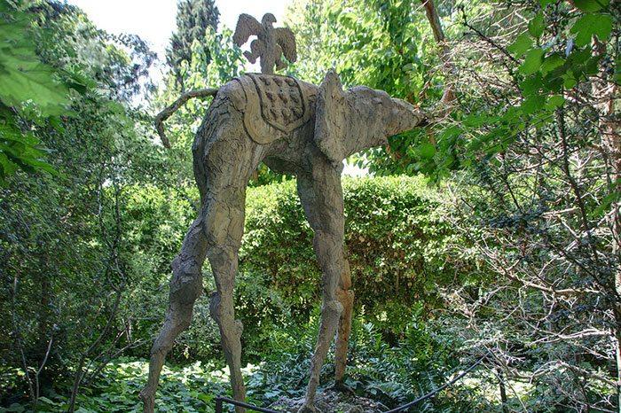 Замок Дали и Гала в Пуболь: слон на паучьих ногах в саду