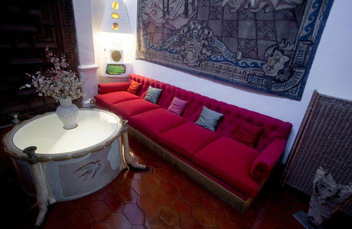 Интерьер комнаты замка Дали и Гала