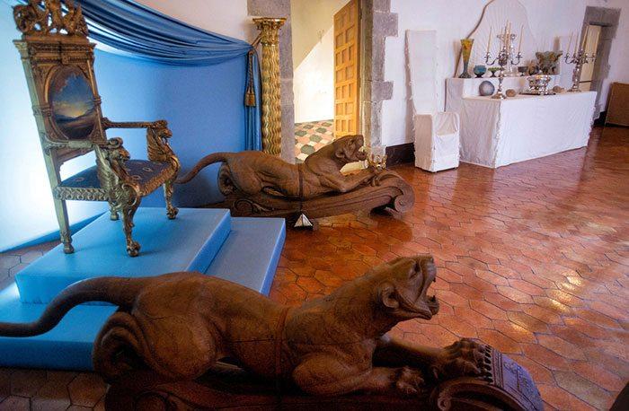Гербовый зал с символами древних родов и позолоченным троном на постаменте