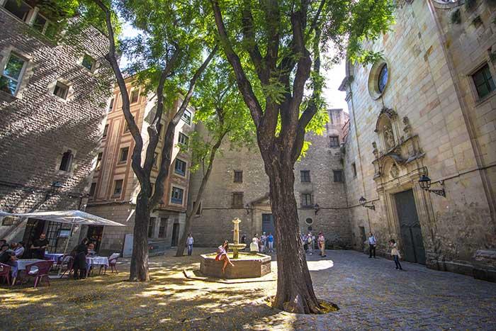 Необычная площадь Святого Филиппа Нери