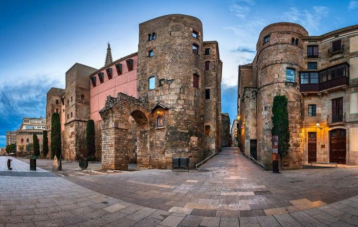 Новая площадь и часть римской стены
