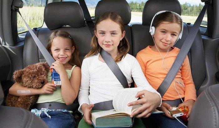 Дети до 12 лет сидят на заднем сидении