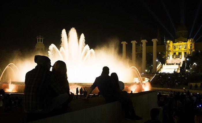 Поющие фонтаны надо смотреть ночью