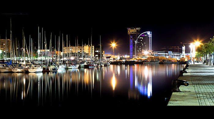 Старый порт Барселоны ночью