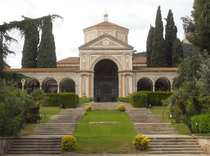Церковь Санта Мария Рейна