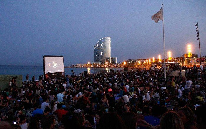 Летняя Барселона и кино на пляже