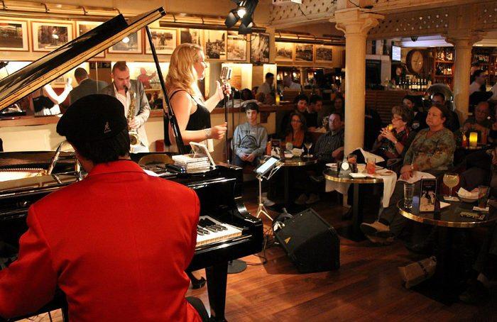 Живая музыка в Барселоне в Milano Cocktail-Bar