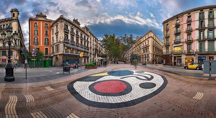 Искусство в Барселоне: мозаика Жоана Миро на Ла Рамбла