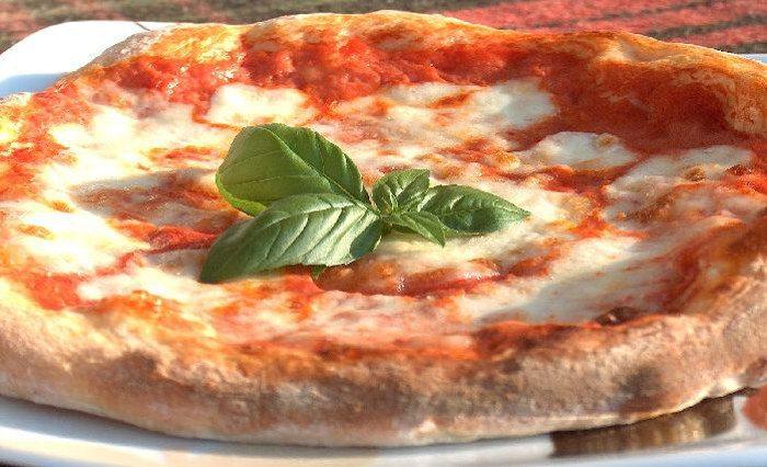 Пицца в пиццерие N.A.P.