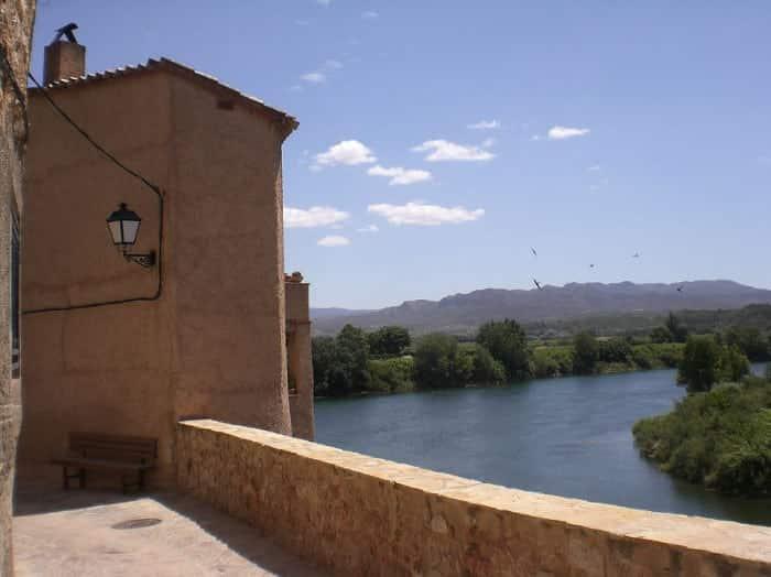 Замок Миравет на реке Эбро