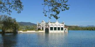 Баньолес: город у озера
