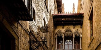 Дома каноников и мост поцелуев в Барселоне