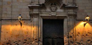 Фасад храма испещрен во время бомбардировки