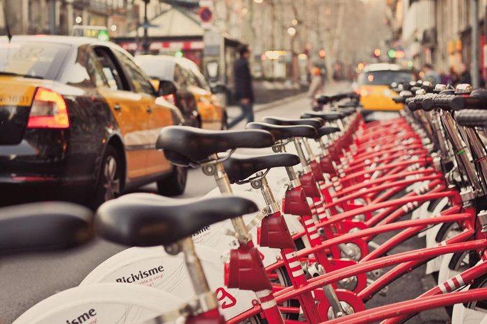 Прокат велосипедов на улицах Барселоны