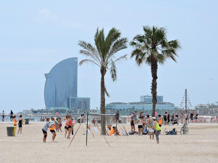 Купальный сезон в Барселоне в июне