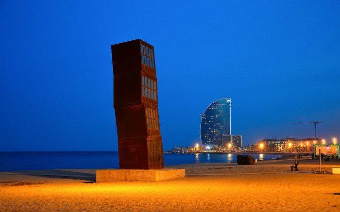 Памятник на пляже Барселонета: