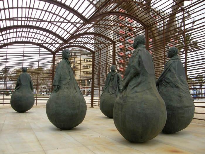 Скульптуры на пляже Барселоны