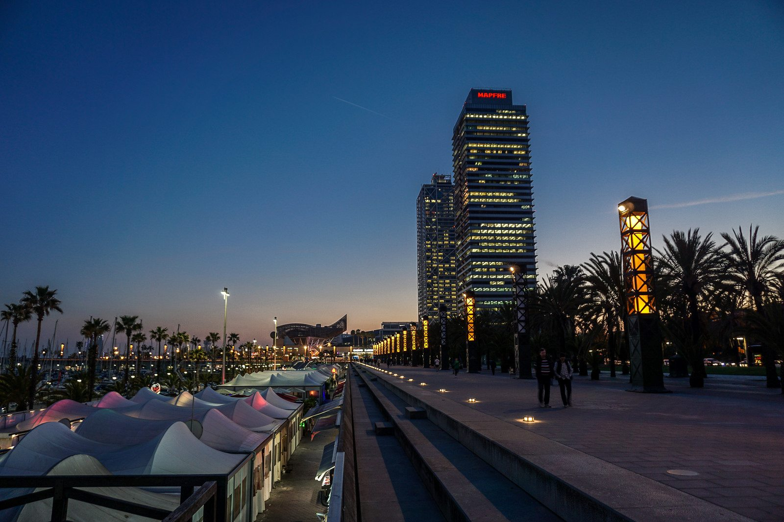 Олимпийский порт Барселоны вечером