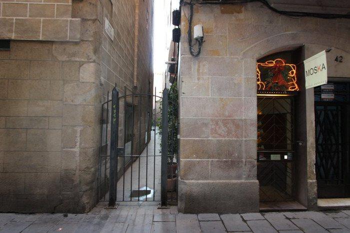 Наиболее узкая улица Барселоны