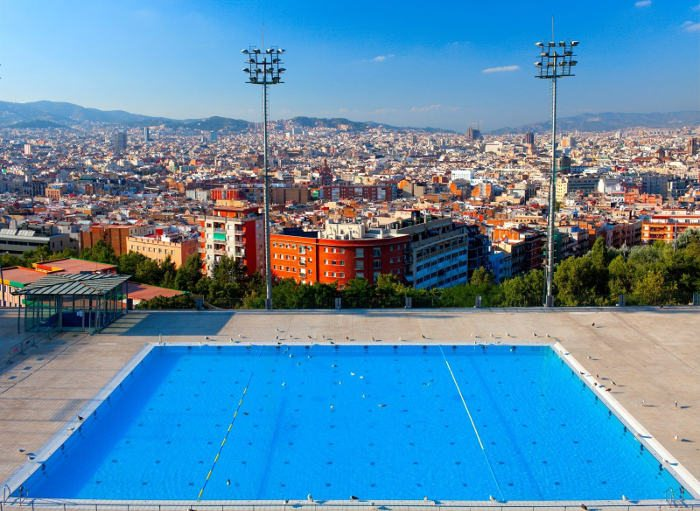 Бассейн с видом на Барселону