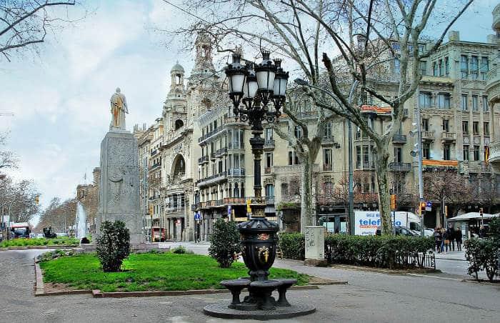 Красивый фонтанчик в Барселоне