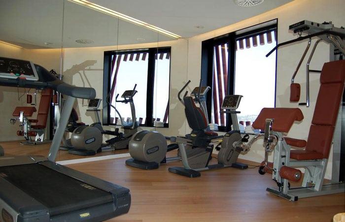 Фитнес-центр с видом на море в отеле Porta Fira