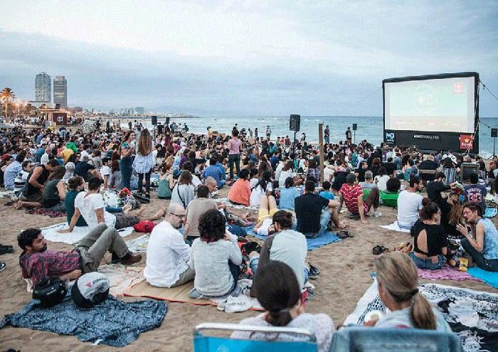 Лето для киноманов Барселоны: «Cinema lliure a la platja»