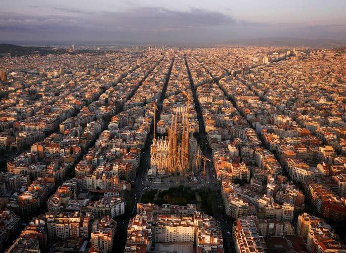 Барселона с высоты: район Эшампле и Саграда Фамилия в центре