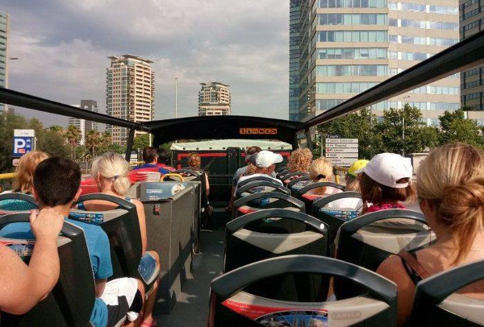 Туристический автобус сверху оснащен открытой площадкой