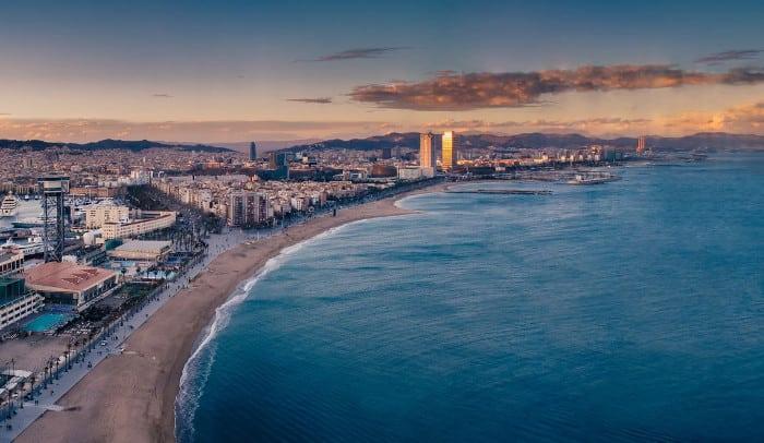 Город расположен над морем
