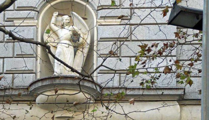 Портал Ангела: Статуя