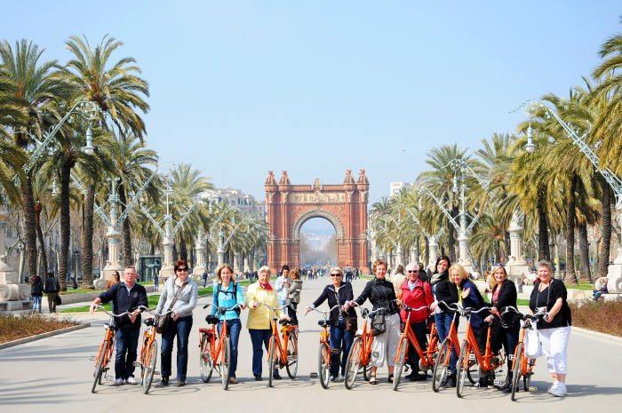 Движение по историческому маршруту Барселоны к Триумфальной арке