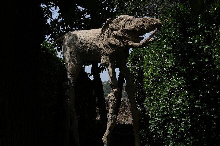 Пауконогий слон Дали в саду замка Пуболь