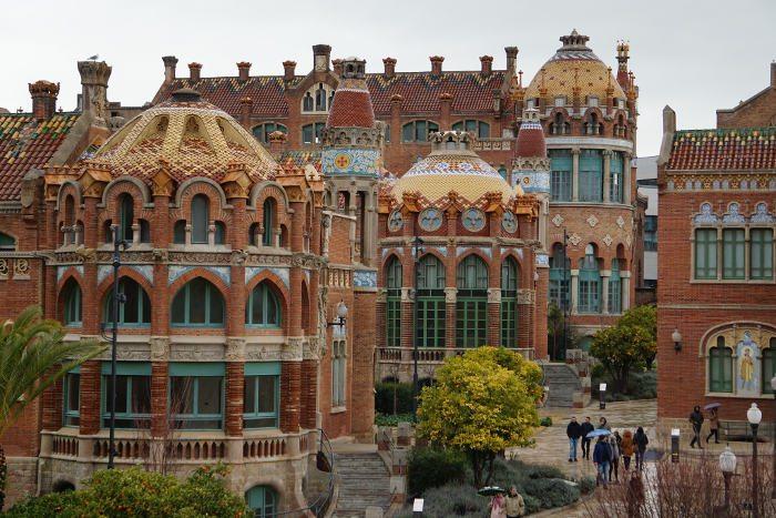 Многофункциональное нетуристическое место в Барселоне – больница Святого Креста