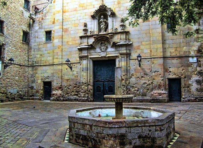 Площадь рядом с церковью Сан Фелипе Нери
