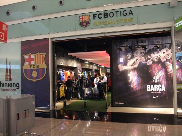Торговая точка с атрибутикой «Барселоны» в аэропорту Эль-Прат