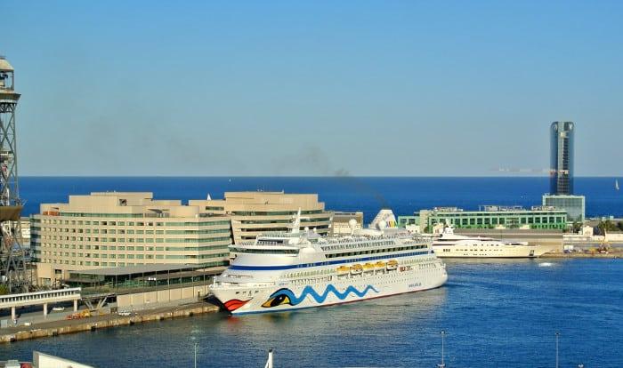Морской Порт Барселоны: круизный лайнер