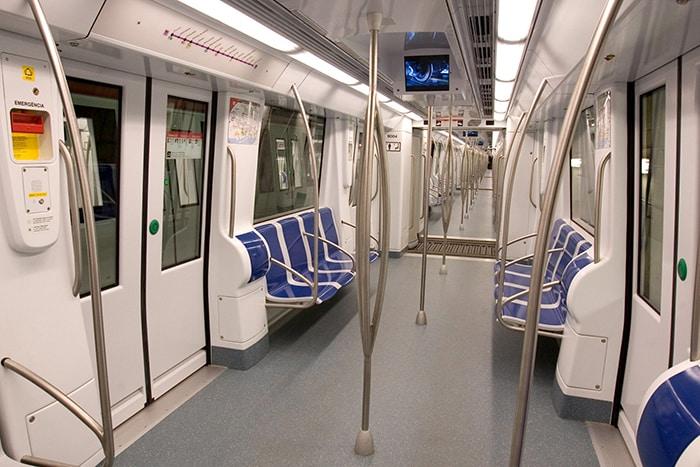 Фото вагона метро Барселоны внутри